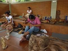 Bali, Celuk - Dorf der Holzschnitzer 15 (Chironius) Tags: bali feet indonesia foot pies pied pieds piede piedi indonesien onthejob fus   beiderarbeit fse