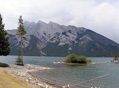 lake minnewanka, banff np, kanada (Pixmac_sk) Tags: mountains nature weather clouds landscapes daylight rocks seasons horizon bluesky nobody hills daytime np nationalparks voda leto kanada exteriors slnka stromy summits letn utdoors jazera tipofthehills slnensvit vegetcie vrcholkyhr prrodnsvet hladinyvody
