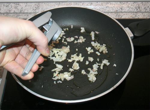 17 - Schalotte anschwitzen und Knoblauch hinzu