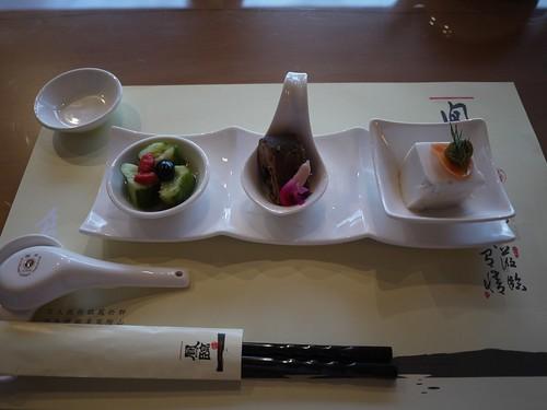 第一道:由左至右 小黃瓜配金桔醬 香魚甘露煮 花生豆腐