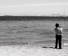 Small as the sea (cotta201) Tags: ocean sea summer blackandwhite bw espaa costa baby blancoynegro beach hat skyline daddy mar spain sand dad barco ship horizon father shoreline playa bn arena murcia beb foam verano sombrero infancia padre marmenor pap mediterraneansea horizonte espuma ocano marmediterrneo losalczares chidhood regindemurcia