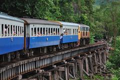 Abriendo camino (Wang Pho - Kanchanaburi) (Guillermo Fdez) Tags: train thailand tren tailandia viaduct kanchanaburi viaducto wangpho