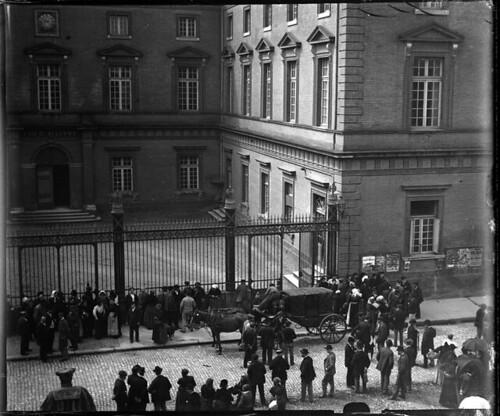 La foule et Deibler devant le palais de justice