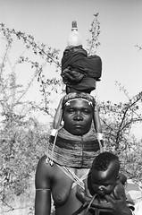Muhuila mother between Mucuma and Cainde (Alfred Weidinger) Tags: leica angora m3 angola leicam3 kaindi   muhuila  suldeangola mumuhuila mwila  provinciahuila cainde angol  anqola langola mucuma