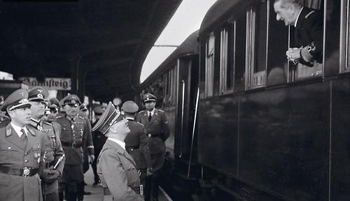 Adolf Hitler, en el anden, y el regente de Hungría, el almirante Miklos, charlan en la estación.