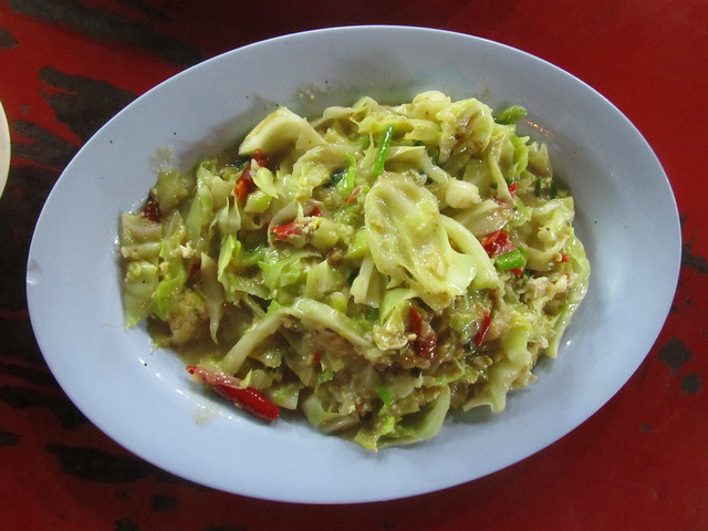 Galam blee pad kai (stir fried cabbage with egg)