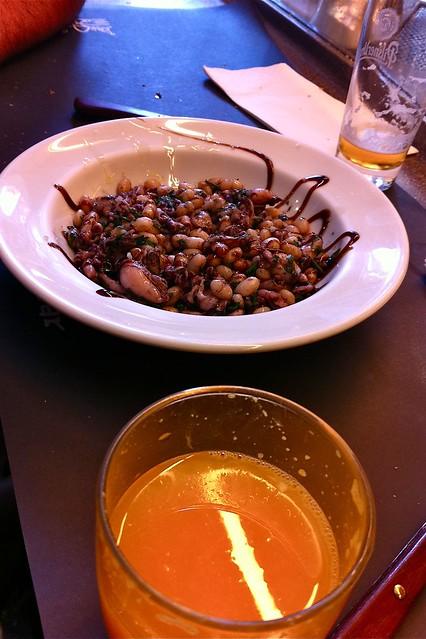 Desayunando en Pinotxo (Garbanzos con chipirones )