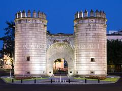 Puerta de Palmas en la hora azul (Vctor C.M.) Tags: door tower monument spain puerta nikon badajoz palmas d80 victorcm