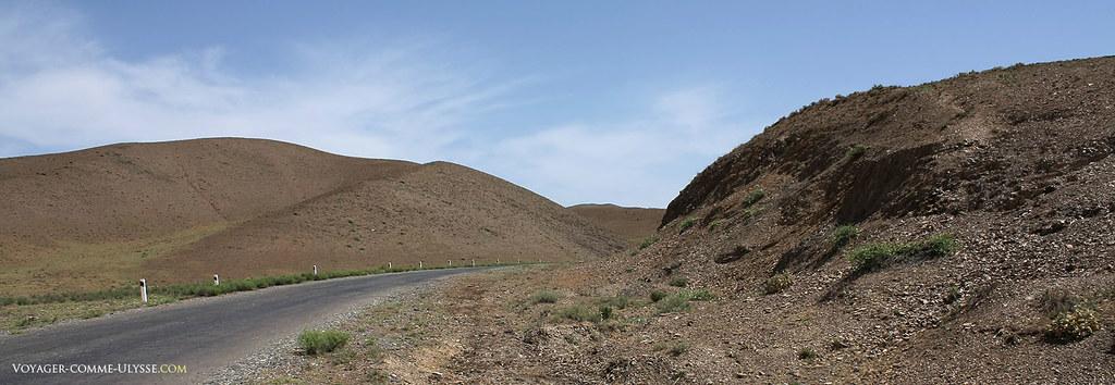 Le paysage est désertique, avant d'arriver au village…