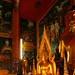 Altares cheios de estátuas de Buda e detalhes
