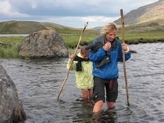 Olga og Ulrikke vader en elv