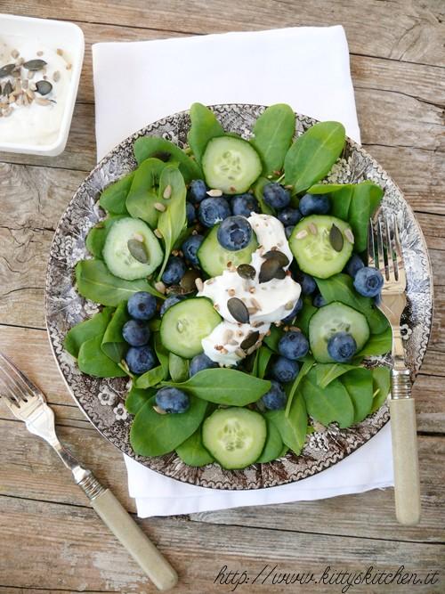 spinaci, mirtilli e cetriolo con dressing allo yogurt