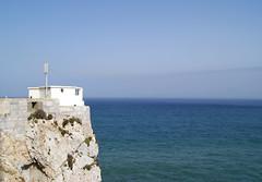 Yo me conformo con una casita frente al mar. (Sarampin.) Tags: uk blue sea sky costa white house blanco water azul mar casa seaside agua horizon cielo gibraltar olas horizonte