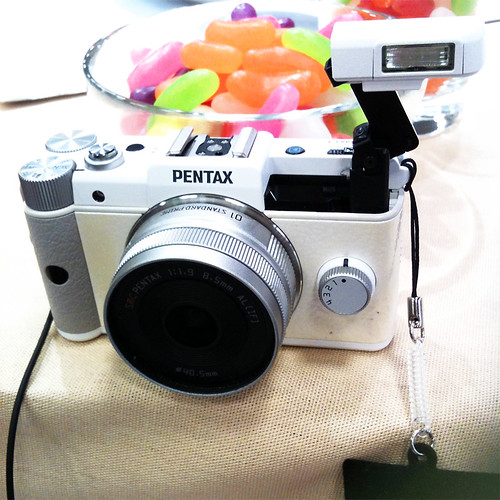 PENTAX Q White03 Built-in flash