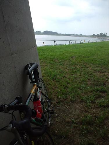 彩湖バイク練。夕立のため、さきたま大橋下で雨宿りなう。すぐや むべ。