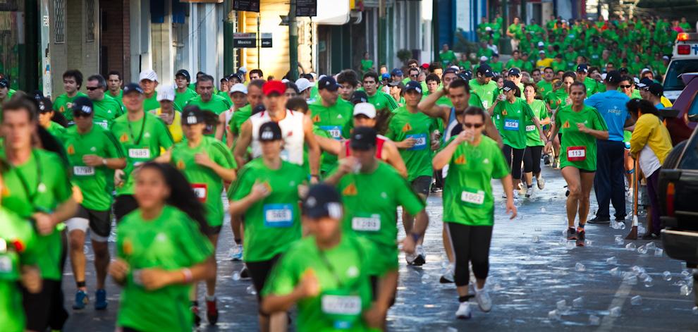 Los participantes se hidratan a medida que inician los diversos tramos de la competencia en las categorías de 10, 21 y 42km. (Tetsu Espósito)
