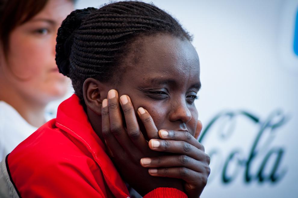 La ganadora del circuito 42km femenino con un tiempo de 02:53:10, Chemtai Rionotukei (17), descansa esperando su turno para los controles antidoping (procedimiento standard para ganadores de competencia), luego sería convocada al escenario para la entrega de premios. (Elton Núñez)