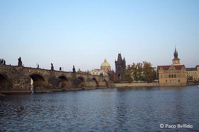 Vista del Puente de Carlos desde la orilla. © Paco Bellido, 2005