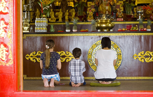 Prayers at Sapan Hin shrine