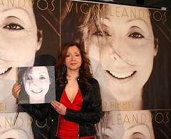 Neue Vicky Leandros CD Vorstellung (MKPRESSBERLIN) Tags: berlin carmen bei brd thomasheinzemitkultfigurharaldjuhnketrittindiefussstapfendesverstorbendenentertainersundtaenzerinnendesdeutschenshowballettsberlinfototerminzurlivesendungwillkommen nebelam14032009berlinervelodrom13032009showunterhaltung