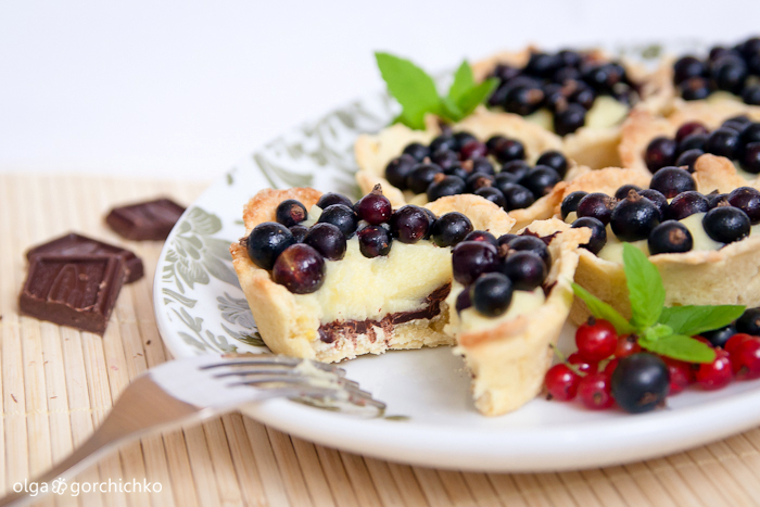 Пирожные с заварным кремом, шоколадом и смородиной