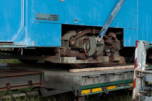 Vorsichtig wird der Triebwagen abgesetzt