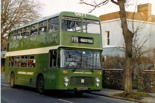 Maidstone & District 5871 FKM871V in The Mall, Faversham 24/02/1987