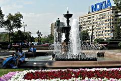 --- Another pic of Pushkin Square in Moscow Centre --- (Rosa Dik 009 -- on & off) Tags: flowers trees light people colors composition moscow atmosphere tourists fontaine heating citycentre photographystudy reisenkultur summer2011 russland2011