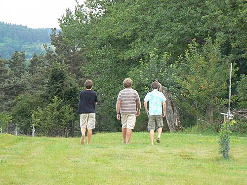 les trois garçons partent découvrir la maison.jpg
