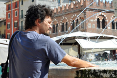 GuntherAnders is my co-pilot [Street in Verona/50mm] (dClaudio [homofugit]) Tags: street summer hot water fountain 50mm nikon warm relaxing saturday meeting fresh verona gunther eidos d90