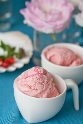 Strawberry and sour cream ice cream / Maasika-hapukoorejäätis