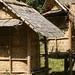 Casas elevadas de bambu trançado e palha