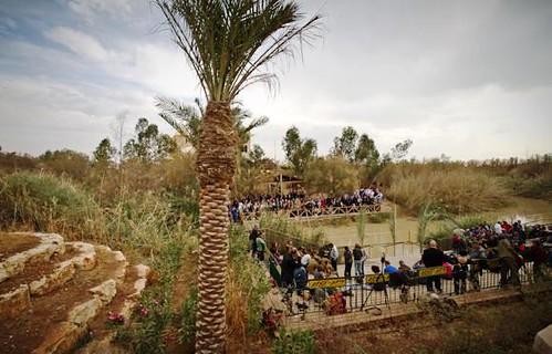 Peregrinos en las dos orillas del Jordan en el complejo turístico de Qasr Al-Yehud