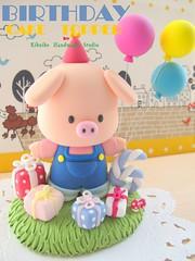 Piggy birthday cake topper (charles fukuyama) Tags: cute piggy pig balloon clay birthdaygift cakedecoration customcaketopper birthdaycaketopper