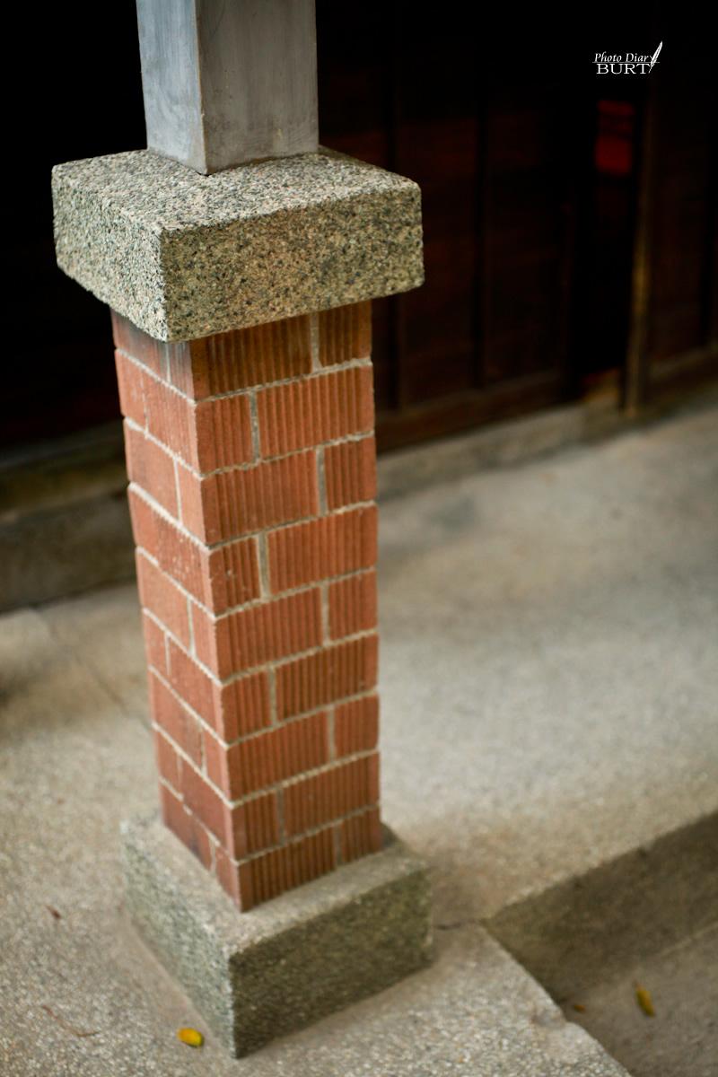 青田76  入口處別緻的木柱基礎