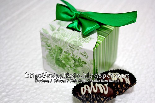 Green Ribbon Box Packing