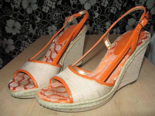 Unisa orange trim wedges, sz. 6.5