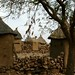 Muros de pedra e casas de barro