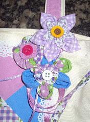detalhe flor bolsa lala (Turmalina Bijoux) Tags: flores bonecas artesanato fuxico patchwork bolsas tecido patchcolagem