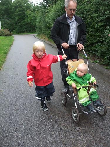 Barnen i de nya (och ärvda) regnkläderna