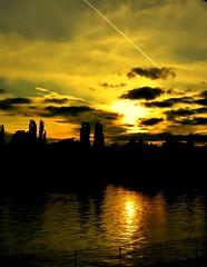 Sonnenuntergang an der Spree 2 (celavie54) Tags: berlin wasser himmel wolken ufer fluss spree sonne bume dunkel untergang