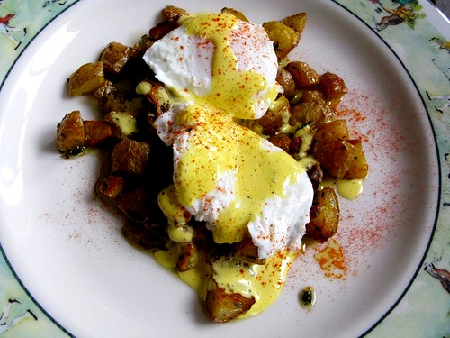 Weekend Brunch: Poached Eggs on Roasted Potatoes with Hollandaise ...