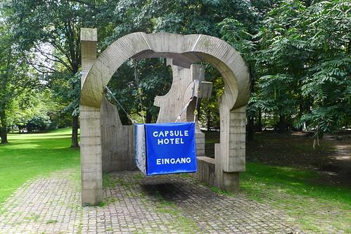 XQM Capsule Hotel Installation an der Chilida Skulptur Taunuslanlage Frankfurt --- xqm-capsule-hotel-1090002