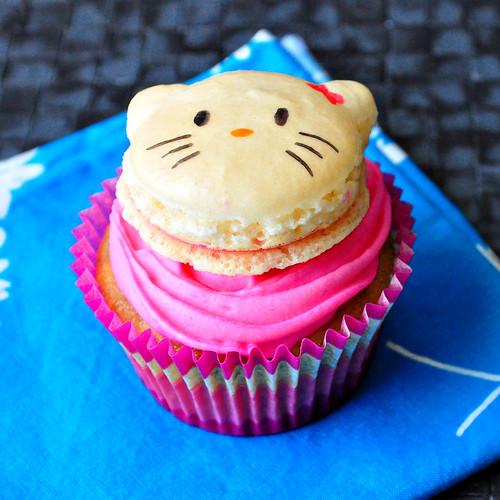 Hello Kitty Macaron Cupcake 2