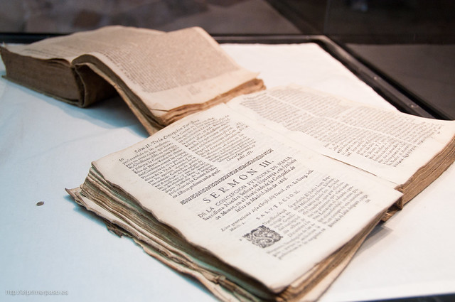Libros antiguos en el museo del centro cultural de Cambrils