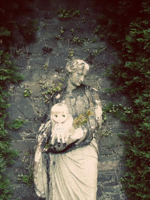 luna and a statue