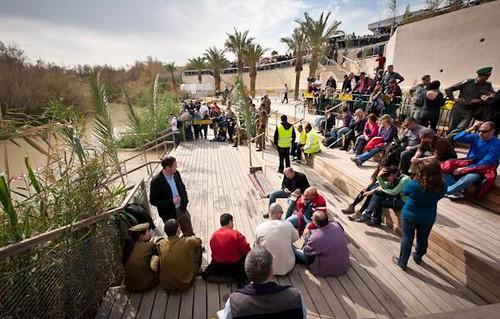 Peregrinos descansando en la explanada de complejo turístico sobre el Rio Jordan