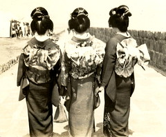 Geisha of Beppu - Back 1926 (Blue Ruin1) Tags: japan japanese knot geiko photograph geisha musubi onsen stereoview kimono obi hotspring hairstyle beppu showaperiod resorttown