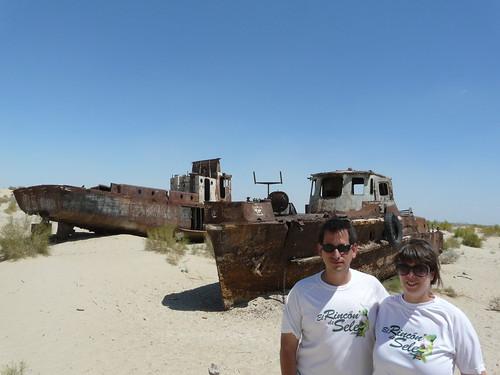 En un barco oxidado del Mar de Aral (elrincondesele.com)