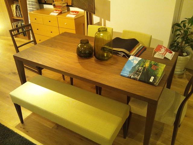 アクタスのシンプルでナチュラルなダイニングテーブルの写真